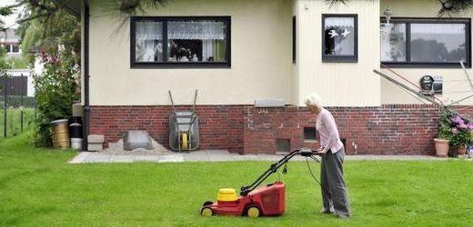 Přežívá různě u známých, třeba za sekání zahrady.