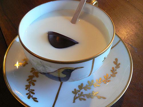 sucette en chocoalt dans une tasse de lait.jpg