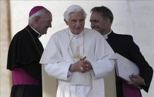 El papa Benedicto XVI (C) en la plaza de San Pedro del Vaticano.EFE