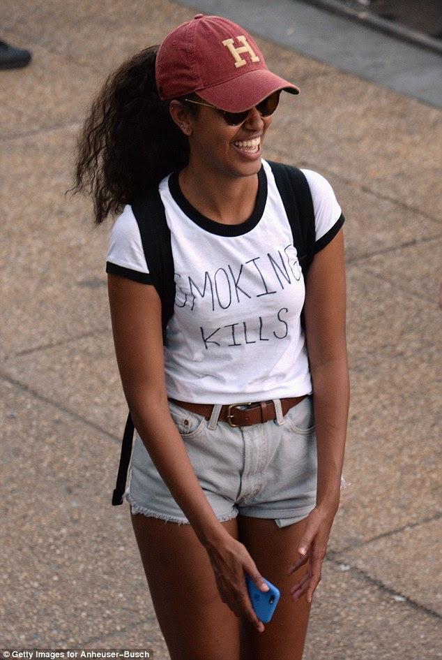 Boa mensagem: Malia Obama - que recentemente causou polêmica por fumando um cigarro de aparência suspeita no Lollapalooza - também foi visto no festival vestindo um 'fumar mata' T-shirt, tendo, provavelmente, pegou uma carona lá com Beyonce