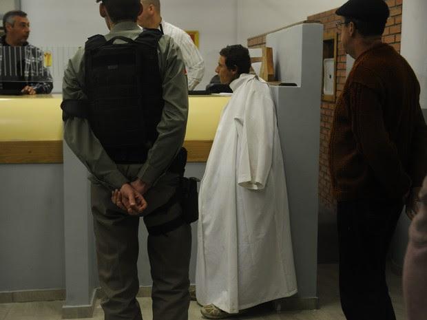 Homem rouba batina de igreja em Porto Alegre (Foto: Diogo Zanatta/Agência RBS)