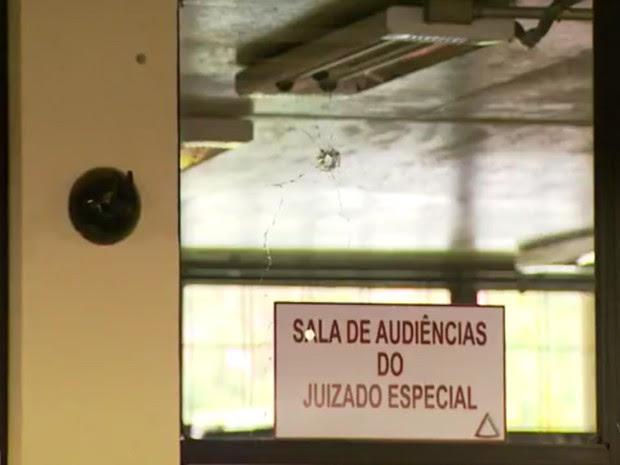 Marcas dos tiros ficaram em várias partes do prédio do Fórum, em São Lourenço (MG) (Foto: Reprodução EPTV/Tarciso Silva)