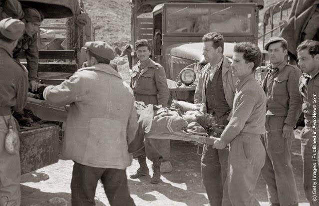 φόρτωση ενός τραυματία με φορείο σε ένα φορτηγό κατά τη διάρκεια του Ελληνικού Εμφυλίου Πολέμου. (Φωτογραφία από Bert Hardy / Εικόνα Δημοσίευση / Getty Images). 22 του Μάη 1948