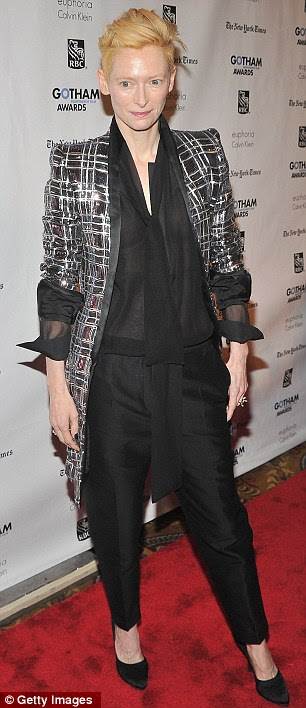 Vestida para impressionar: Edie Falco, que atuou em The Sopranos, foi o anfitrião para a noite.  Tilda usava um design habitual edgy