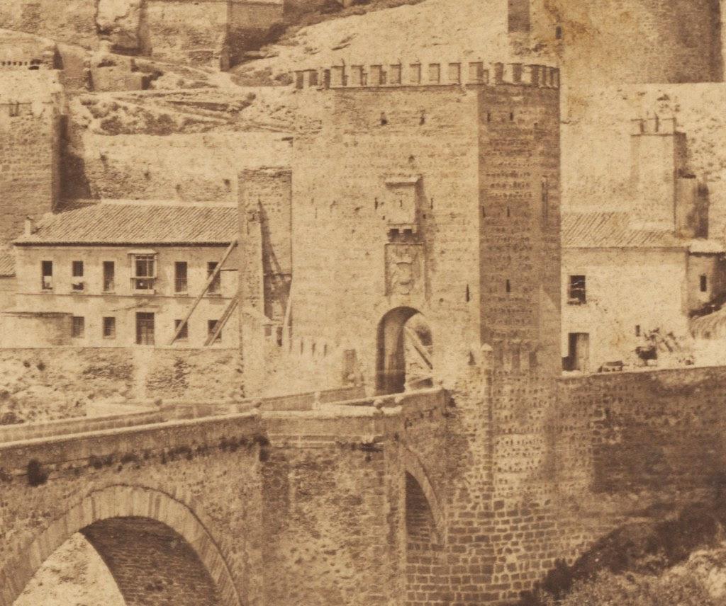 Puerta de San Ildefonso apuntalada antes de su derribo por ruina. Fotografía de Francis Frith