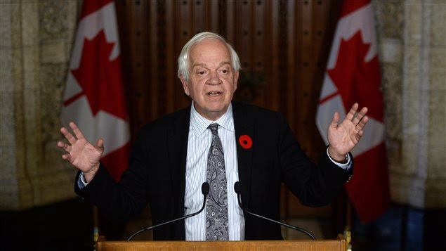 Le ministre John McCallum en conférence de presse à Ottawa