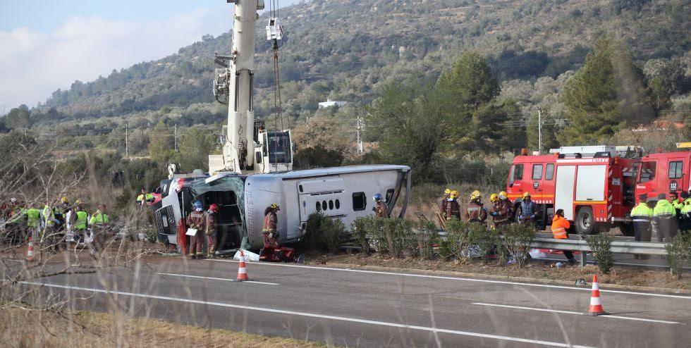 El autobús siniestrado en Tarragona ha volcado sobre la mediana de la AP-7 a la altura de Freginals.