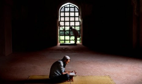 Seorang Muslim India membaca Alquran saat Ramadhan di sebuah masjid peninggalan era Mughal di New Delhi, India.