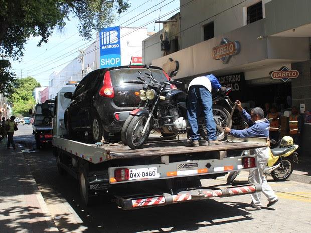 Veículos estacionados em local proibido foram rebocados (Foto: Gilcilene Araújo / G1 PI)