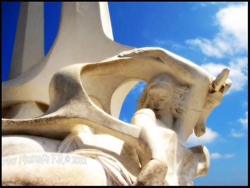 تمثال عروس البحر والأشرعة المنطلقة أمام السلسلة بالاسكندرية