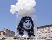 Un'immagine della ragazza scomparsa in volo su piazza San Pietro