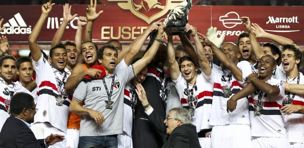 Rogério Ceni, apoiado por todo o elenco do São Paulo, ergue a taça da Eusébio Cup