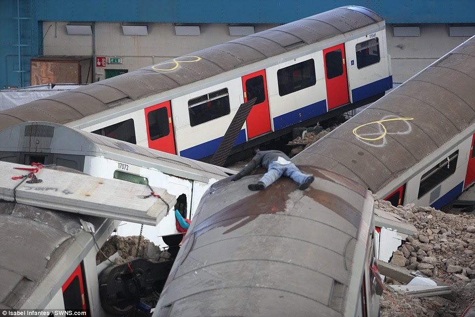 Φρίκη: Ένα «νεκρό» σώμα κείτεται σκορπισμένα σε όλη την οροφή του ένα από τα επτά βαγόνια του μετρό που συμμετέχουν στην άσκηση κατάρτισης