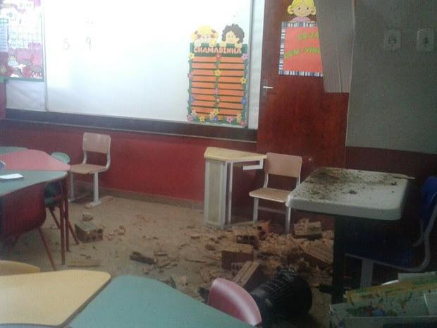 Parte da parede desabou em cima do forro e cedeu na entrada da porta de uma das salas da escola em São Luís (MA) (Foto: Domingos Ribeiro/Mirante AM)