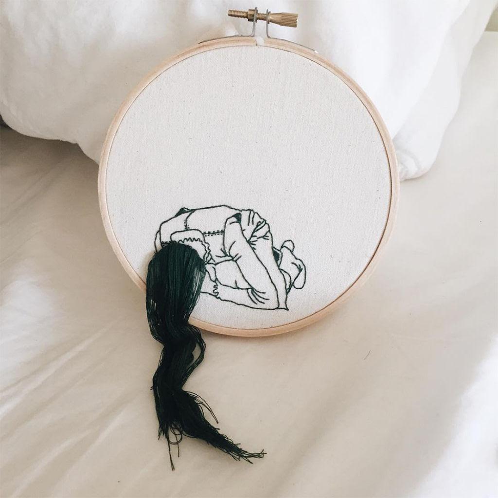 Artista borda retratos de mulheres com cabelos que saltam da tela 07