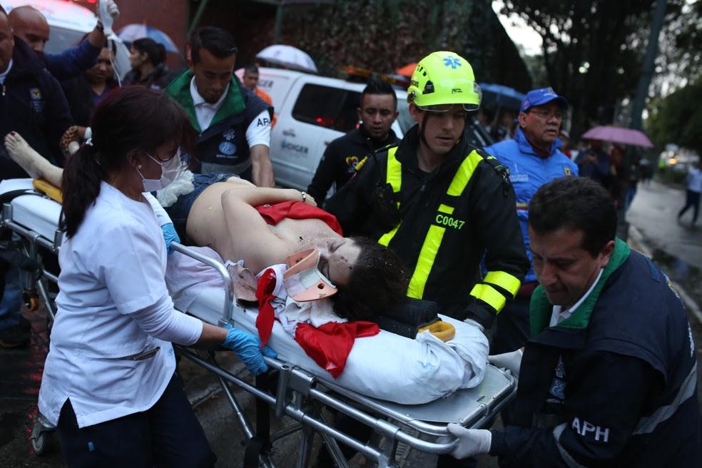 Atentado deixa feridos em shopping de Bogotá (Foto: AP Photo/Ricardo Mazalan)
