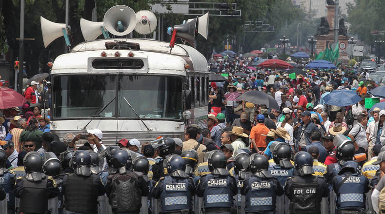 Mexican police hindered the arrival of the CNTE teachers to the Mexican capital.