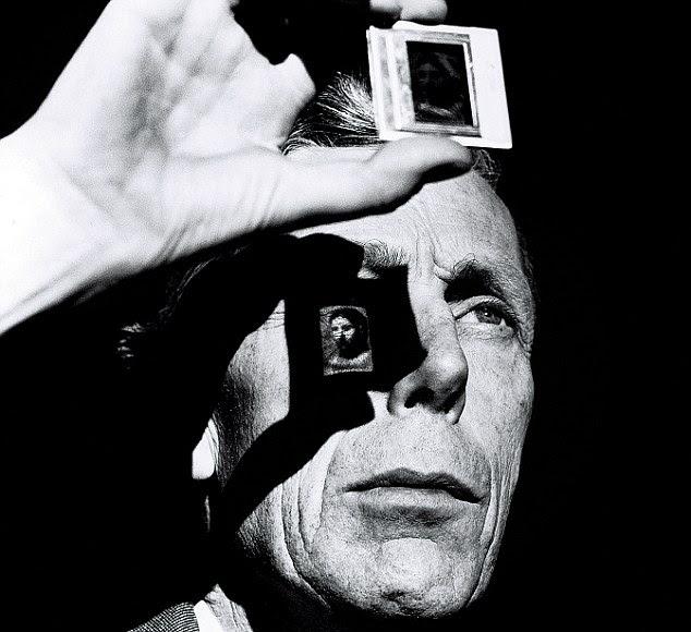 Anthony Blunt foi o Surveyor de fotos da Rainha, em seguida, mas foi mais tarde revelou ser um dos espiões mais famosos de sempre.  Esta captura um steeliness certos nele