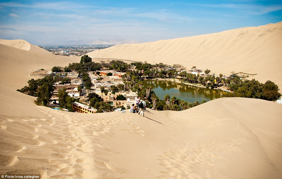 Os incas fazem a sua vida sobre os hóspedes que vêm de longe para subir até o topo de uma duna de areia esculpidas pelo vento e assistir o pôr do sol sobre a paisagem dourada, antes de embarcar em sandboards baixo alugados ou buggies