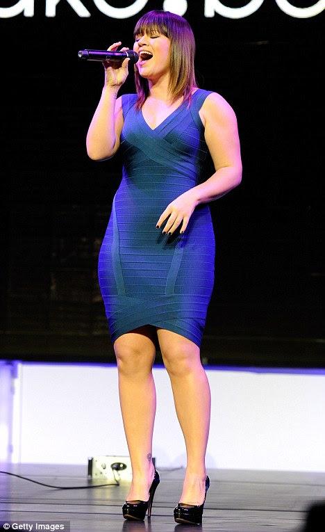 Curvas à frente: Kelly Clarkson executa no evento de imprensa da Sony em Las Vegas em um vestido bandage clingy