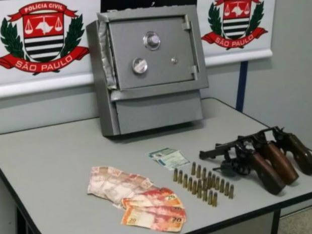 Polícia apreendeu armas, munição e dinheiro com manchas de disposito de segurança de caixa eletrônico (Foto: Divulgação/Polícia Civil)