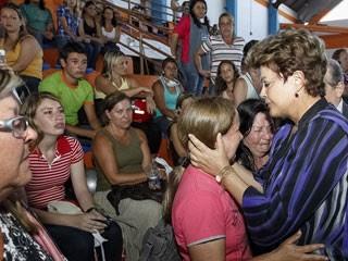 Dilma Rousseff conforta familiar de vítima da tragédia em Santa Maria (Foto: Roberto Stuckert Filho / Presidência)