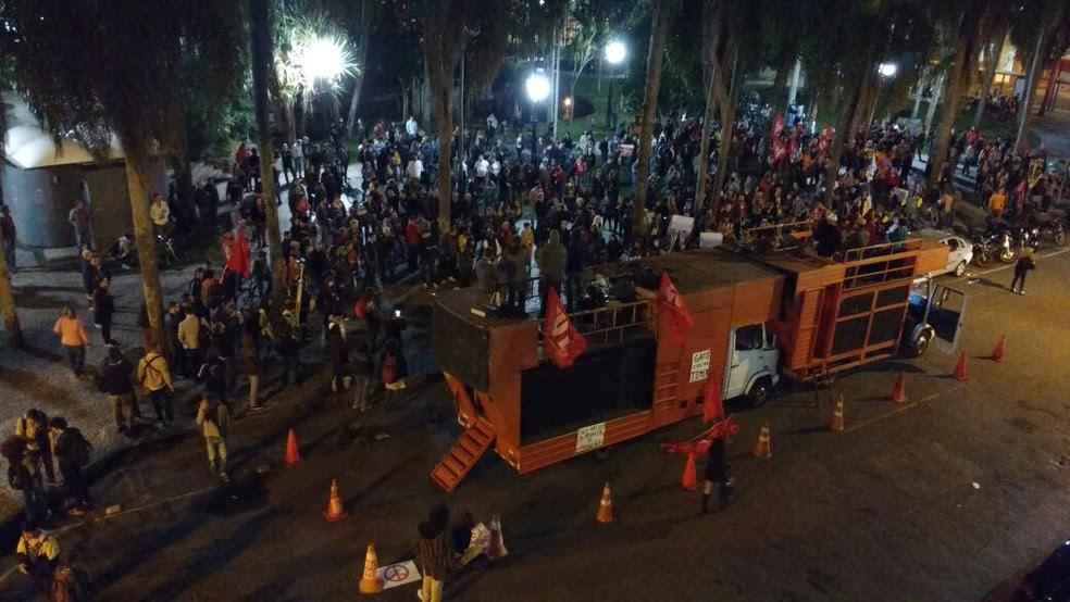 Manifestantes se reuniram na praça Carlos Gomes, em Curitiba (Foto: Roberto Cosme/RPC)