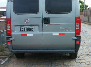 Feira: Van de estudantes de Serrinha é roubada em frente à faculdade