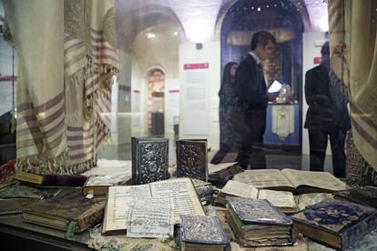 Nel Museo Ebraico fra gli antichi libri sacri della comunità