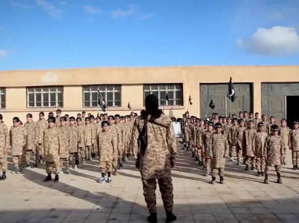 Un campo di addestramento per bambini soldato in un filmato di propaganda