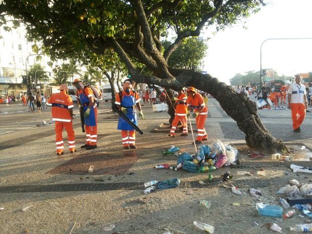Cerca de 1.2 mil garis recolhem o lixo na orla de Copacabana após festa de Réveillon (Foto: Divulgação/ Comlurb)
