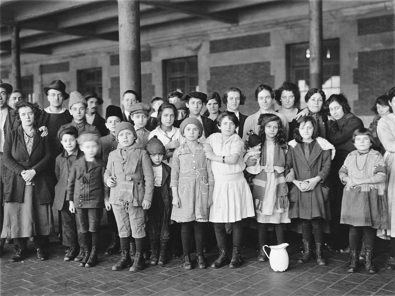 http://upload.wikimedia.org/wikipedia/commons/f/f0/Immigrant-children-ellis-island.jpg