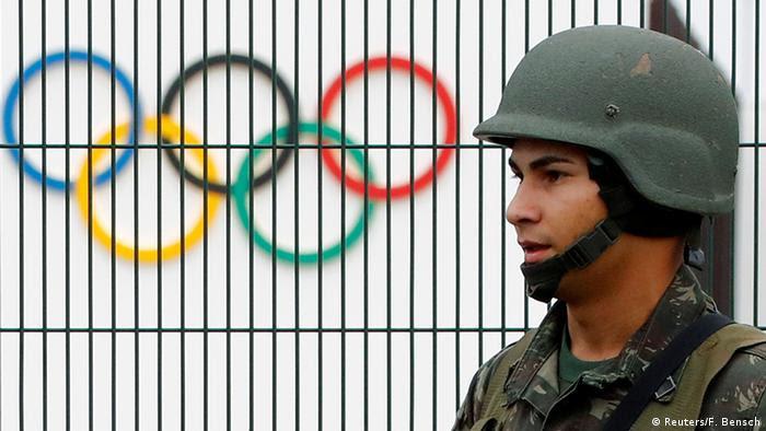 Солдат на фоне олимпийских колец