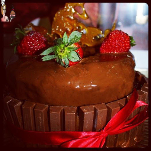 Bolo de chocolate com morangos e esculturas de caramelo
