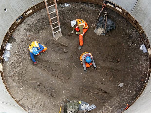 Vala comum de corpos da Idade Média foi encontrada em escavação de túnel em Londres (Foto: Crossrail/AFP)