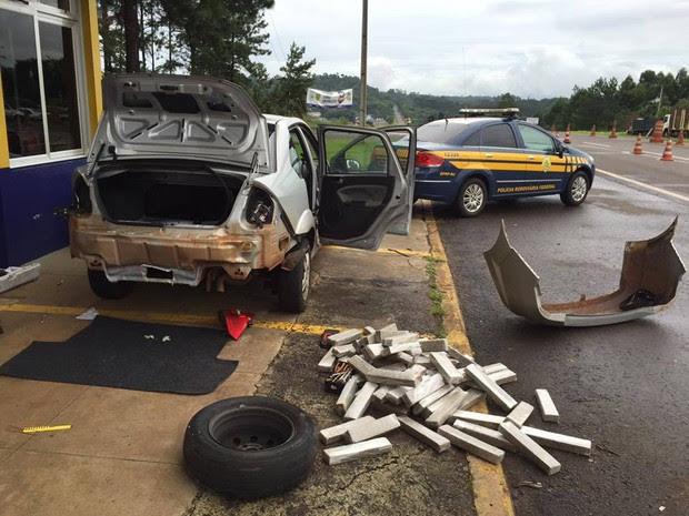 Droga estava escondida no para-choque traseiro do carro (Foto: Divulgação/PRF)