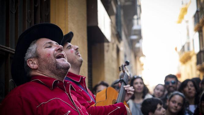 El 'showmancero' 'Los jaguares del sur' cantando en la calle en el Carnaval 2018.