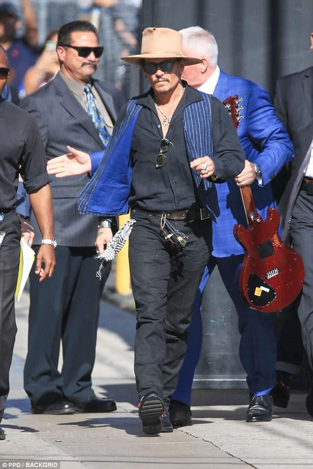 Toca aqui!  Depp chegou em grande estilo, vestindo sua roupa tipicamente peculiar