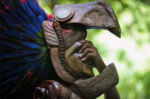 Membro de grupo folclórico usa máscara maia na Guatemala