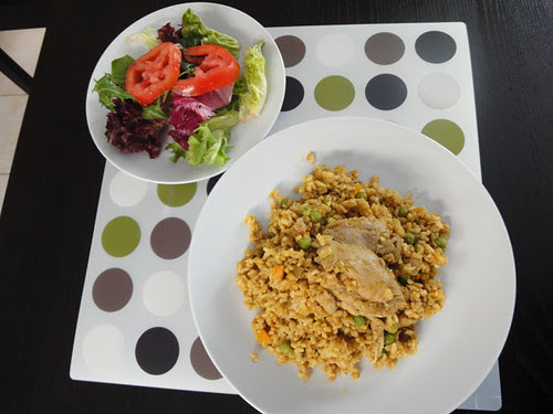 Mixed leaves and tomato salad, arroz con pollo