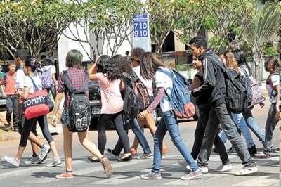 Grupo de estudantes deixa o colégio na 710/910 Sul: caminho em direção à W3 aparece como um dos trechos mais visados pelos bandidos  (Marcelo Ferreira)