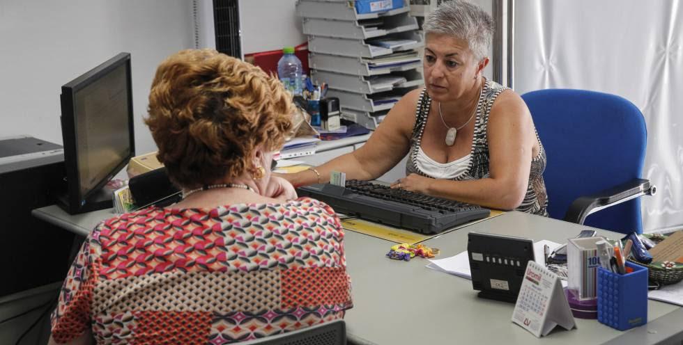 Rosa González; médica de atención primaria en el Centro de salud Salvador Pau de Valencia, con una paciente.