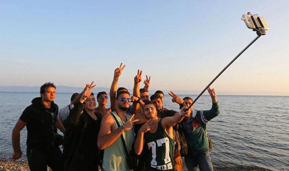 Αποτέλεσμα εικόνας για λαθρομετανάστες με κινητά