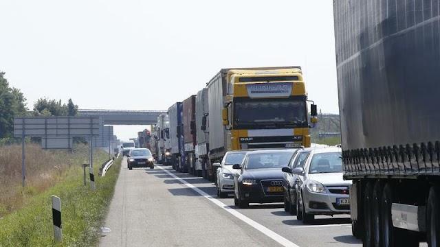Mintegy négy kilométeren torlódnak a járművek az M1-esen Hegyeshalomnál