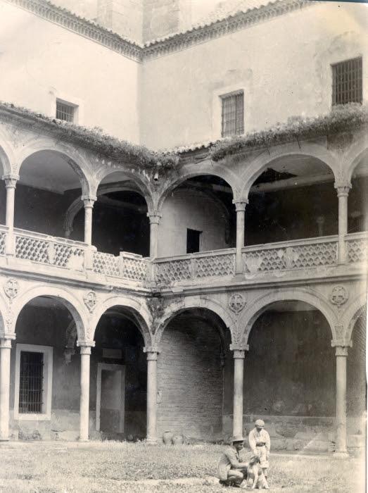 Patio del Hospital de Santa Cruz en junio de 1905. Fotógrafo anónimo. Colección Luis Alba. Ayuntamiento de Toledo
