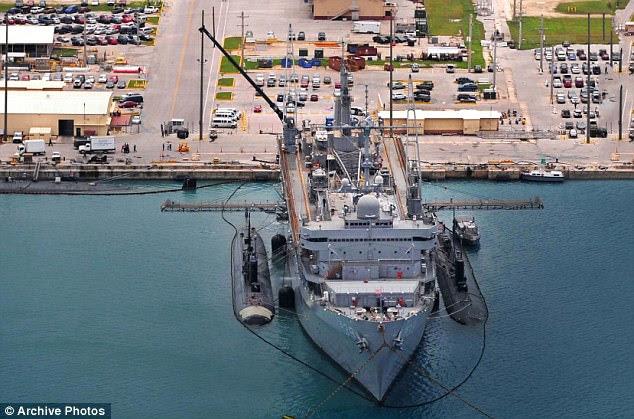 Deux sous-marins de classe SSN 688 et leur navire d'approvisionnement, l'USS Emory S Land, à Apra Harbour. Les sous-systèmes sont équipés de 12 tubes de système de lancement vertical pour tirer des missiles de croisement Tomahawk qui peuvent transporter des ogives nucléaires. À 360 pieds et 6 927 tonnes submergés, ils sont alimentés par des réacteurs nucléaires et sont parfaits pour la guerre de grève