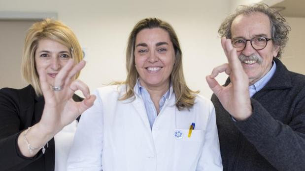 Lidia y Gabriel, implantados, junto a la doctora Cristina Valor