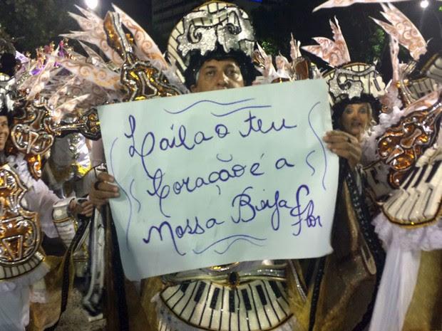 'Laíla, o teu coração é a nossa Beija-Flor', diz cartaz (Foto: Lívia Torres / G1)
