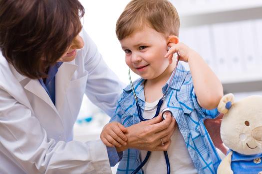 niño en pediatra medico TDAH IV: Qué especialistas intervienen en el diagnóstico y tratamiento