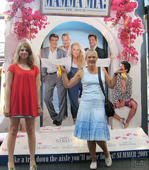 mamma mia : the movie :: filmen : to jenter i stilt-opp positur